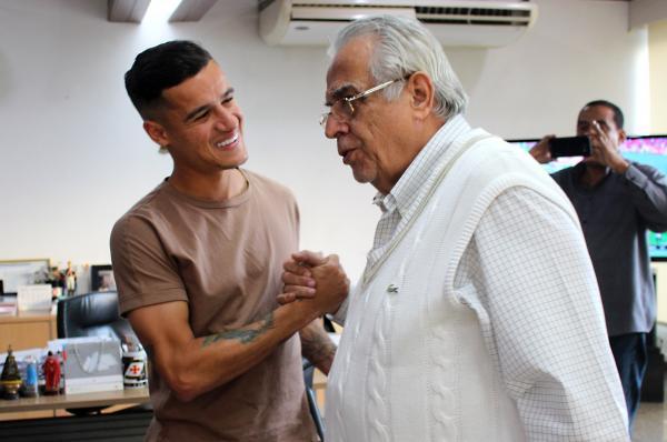 Coutinho cumprimenta o presidente Eurico Miranda