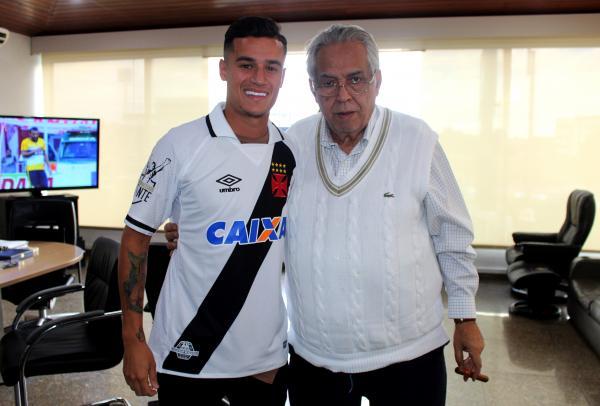Coutinho com a camisa do Vasco no gabinete presidencial