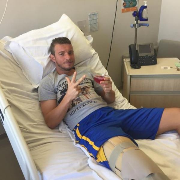 Marcelo Mattos no hospital após uma de suas cirurgias no joelho