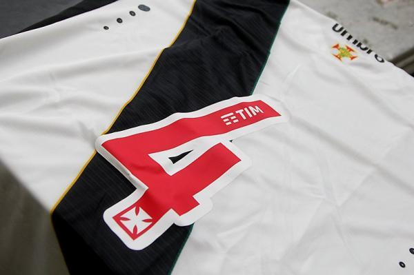 Camisa vascaína com marca da TIM dentro dos números