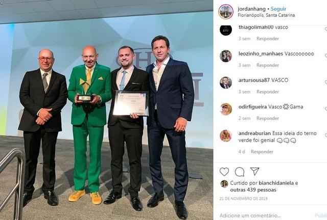 Jordan (com placa na mão esquerda) teve post no Instagram invadido por vascaínos
