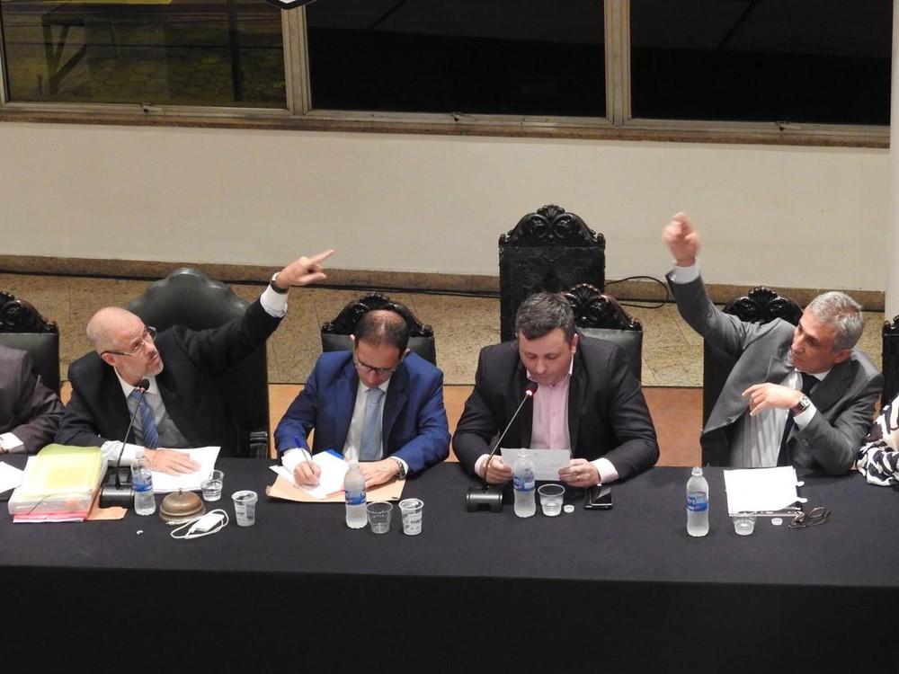 Roberto Monteiro e Alexandre Campello em sessão do Conselho Deliberativo do Vasco