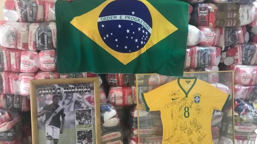 Souza doou 210 cestas básicas para o bairro de Monjolos, em São Gonçalo (RJ), onde foi nascido e criado