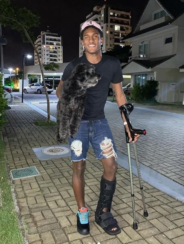 Thalles usava proteção na perna e muletas logo após a cirurgia