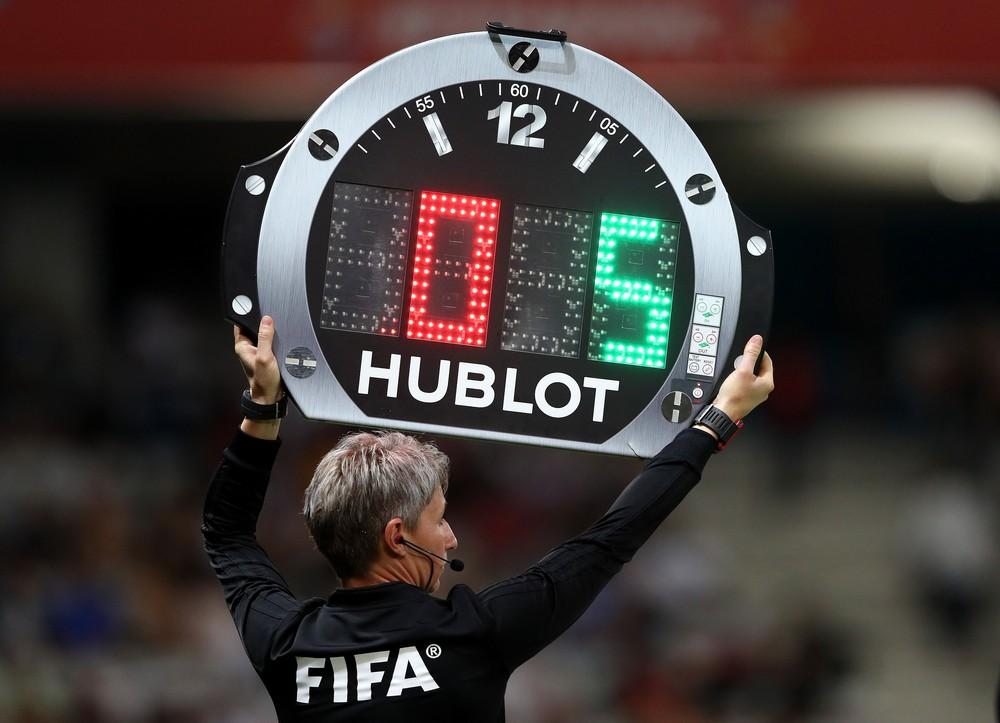 Fifa autoriza cinco substituições por equipe até o fim do ano