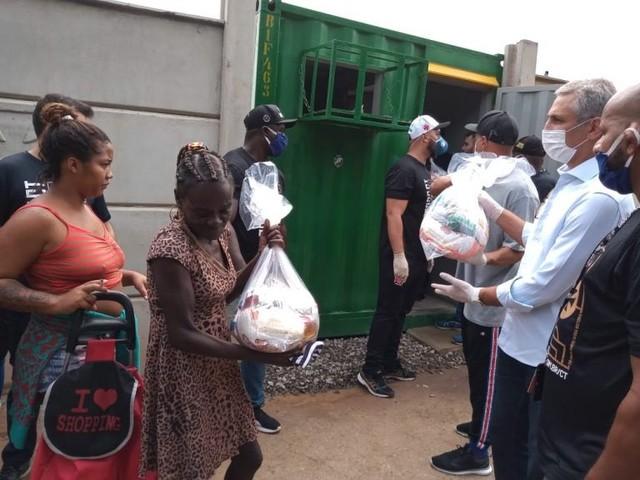 Alexandre Campello, presidente do Vasco, distribui cestas básicas na Cidade de Deus