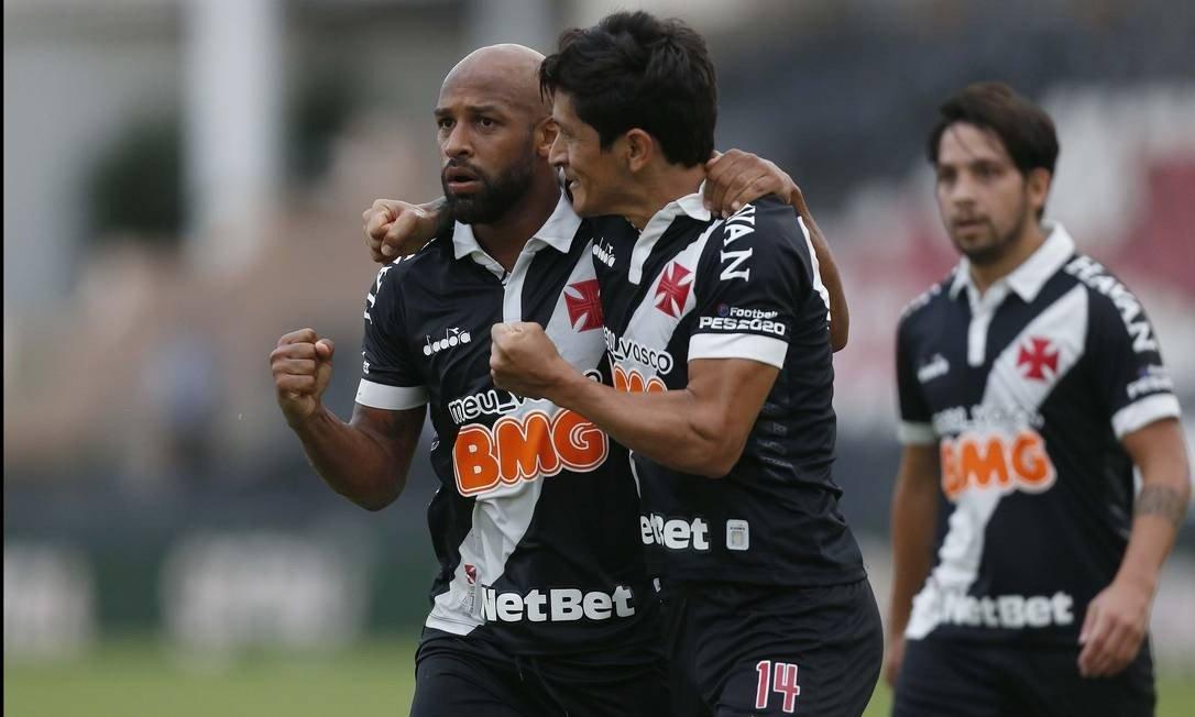 Cano e Bastos se abraçaram após terceiro gol do Vasco