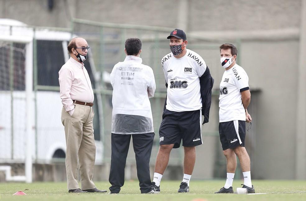 Coordenador técnico do Vasco, Antônio Lopes conversa com Ramon Menezes e os auxiliares Thiago Kosloski e Lopes Júnior