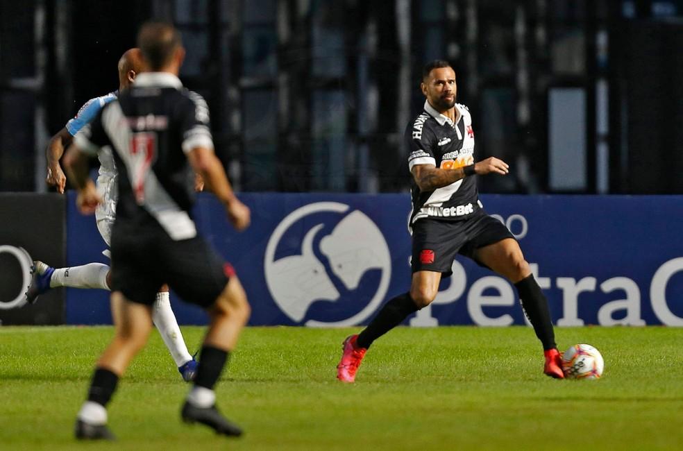 Leandro Castan é titular e capitão do Vasco