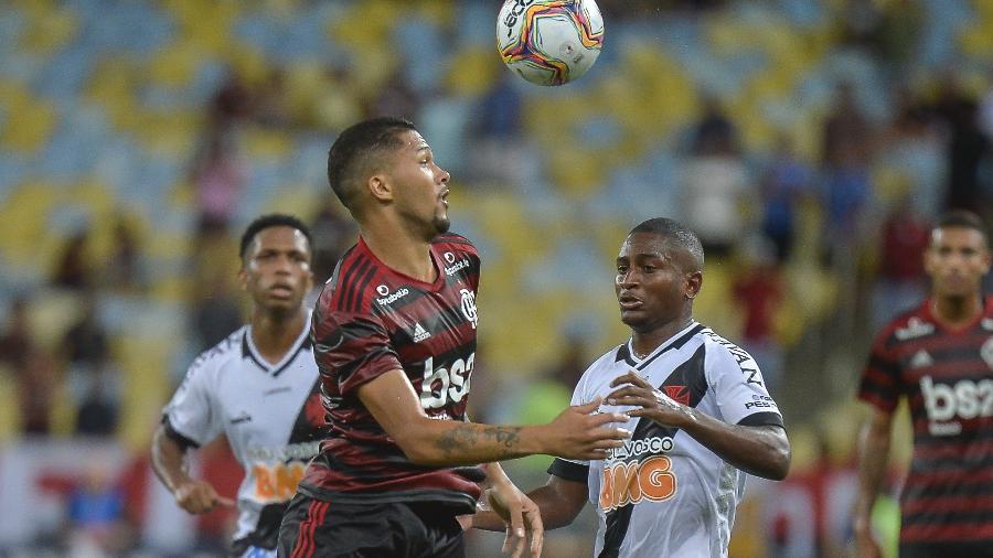 Jogadores de Vasco e Flamengo em ação durante partida da Taça Guanabara