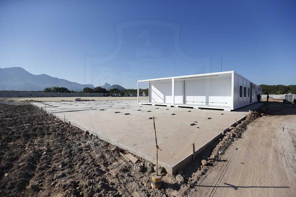 Módulos habitacionais estão sendo montados no CT do Vasco