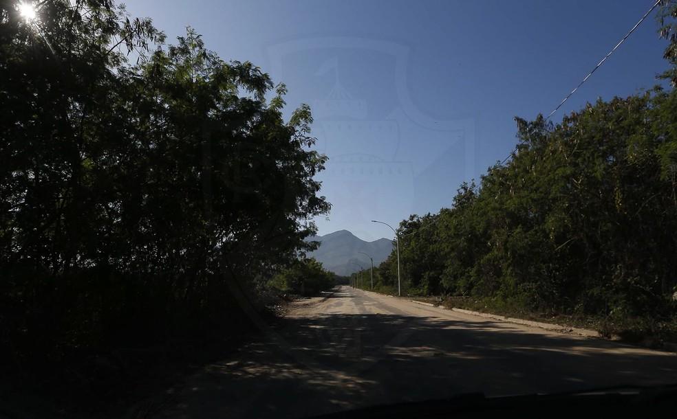 Rua do CT do Vasco recebeu postes de iluminação em maio