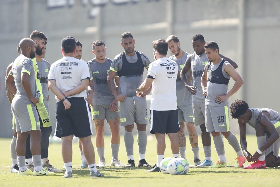 Ramon conversa com jogadores em treino do Vasco
