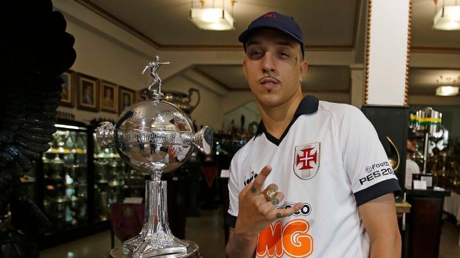 Uma das apostas do evento, Delacruz visitou a sala de troféus de São Januário a convite do Vasco da Gama