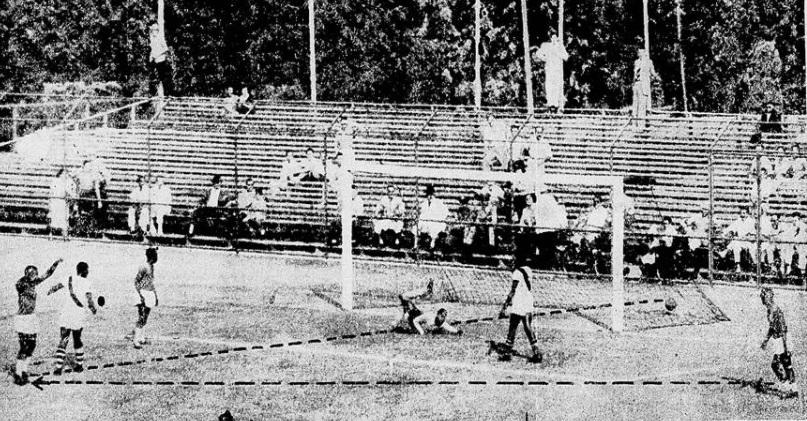 Arquibancada provisória atrás do gol em São Januário em 1950