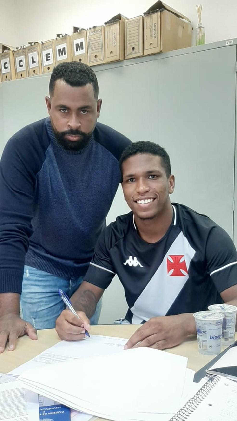 Juninho assinou novo contrato com o Vasco