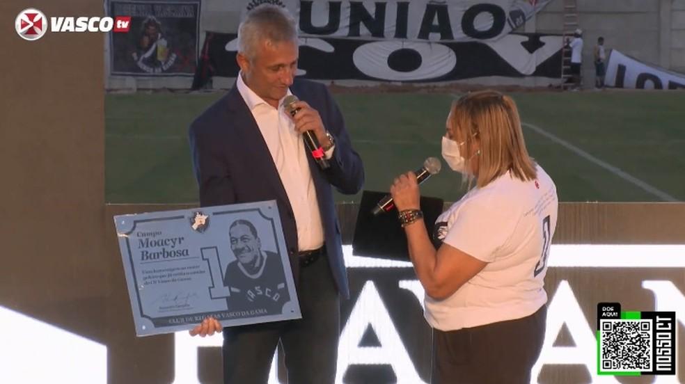 Campello entrega placa a filha de Barbosa
