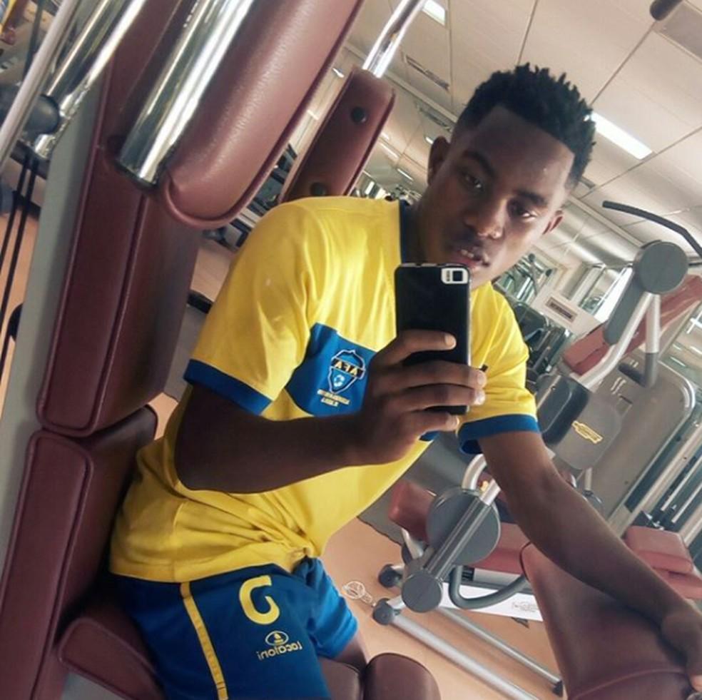 Aposta do Vasco, Toko Filipe Batucissa António faz selfie em treino na AFA (Academia de Futebol de Angola), clube que o revelou