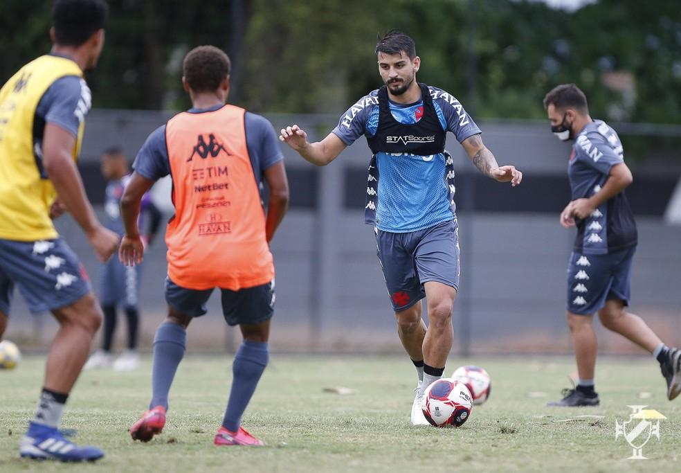 Ricardo Graça conduz a bola em treinamento do Vasco nesta semana