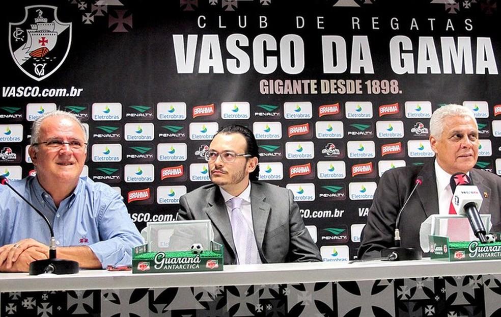 Franck Assunção, ao centro, durante a apresentação no Vasco