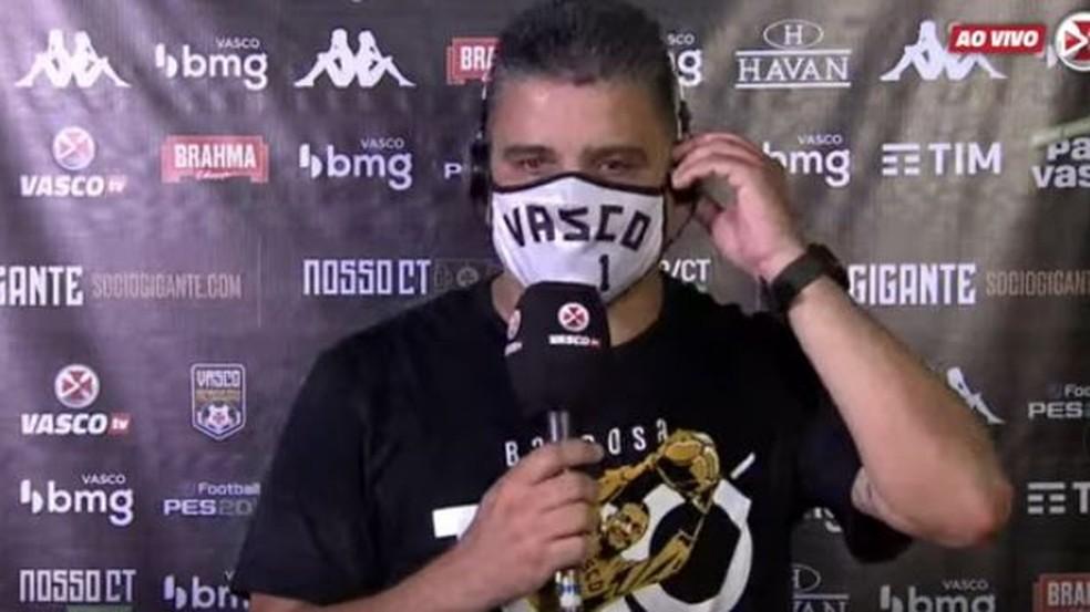 Marcelo Cabo usa máscara em homenagem a Barbosa, no dia do centenário de nascimento de goleiro do Vasco
