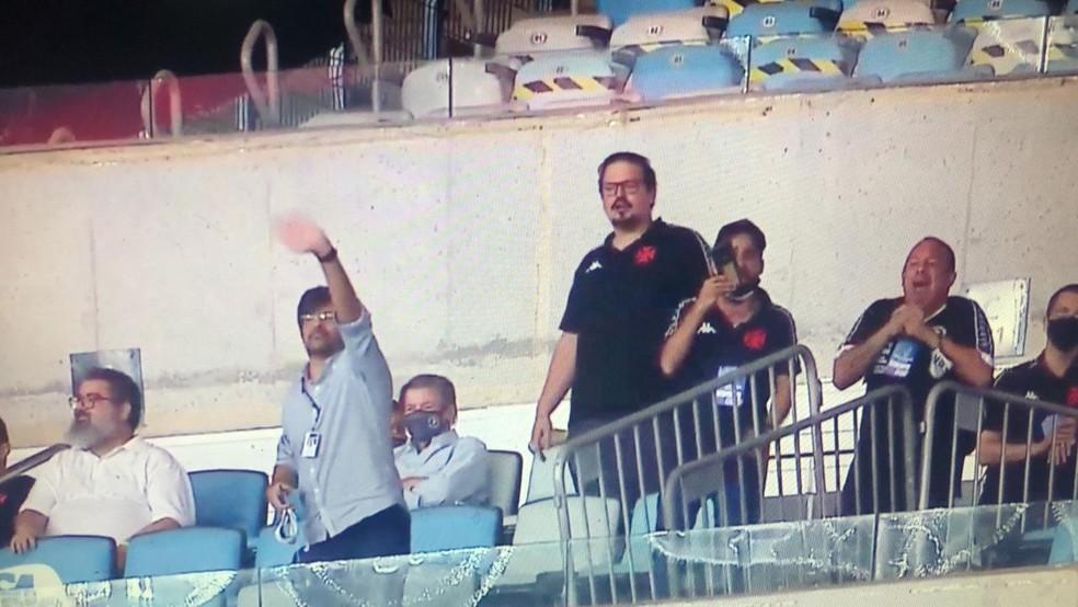 Vascaínos dão tchau a Gabigol depois do terceiro gol. Ao fundo, Jorge Salgado, sentado, assiste à vitória do time de São Januário