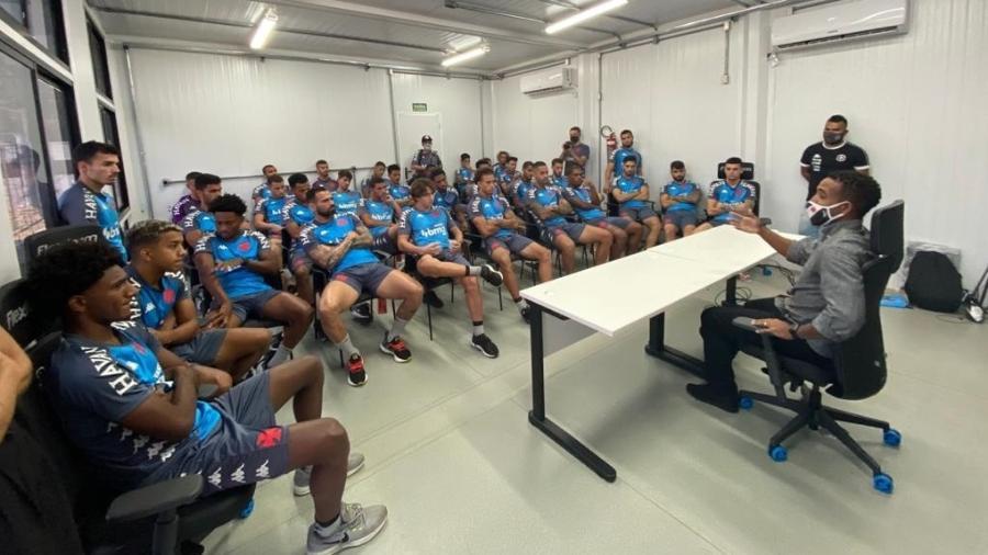 Professor Júnior conversa com os jogadores do Vasco sobre racismo antes de treino no CT do Almirante