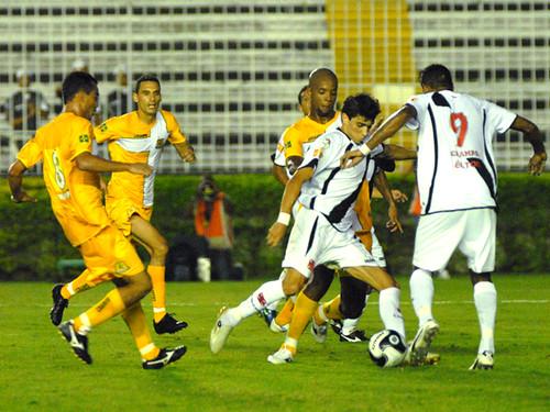 Rodrigo Pimpão bate para fazer o gol do Vasco contra o Brasiliense em 2009